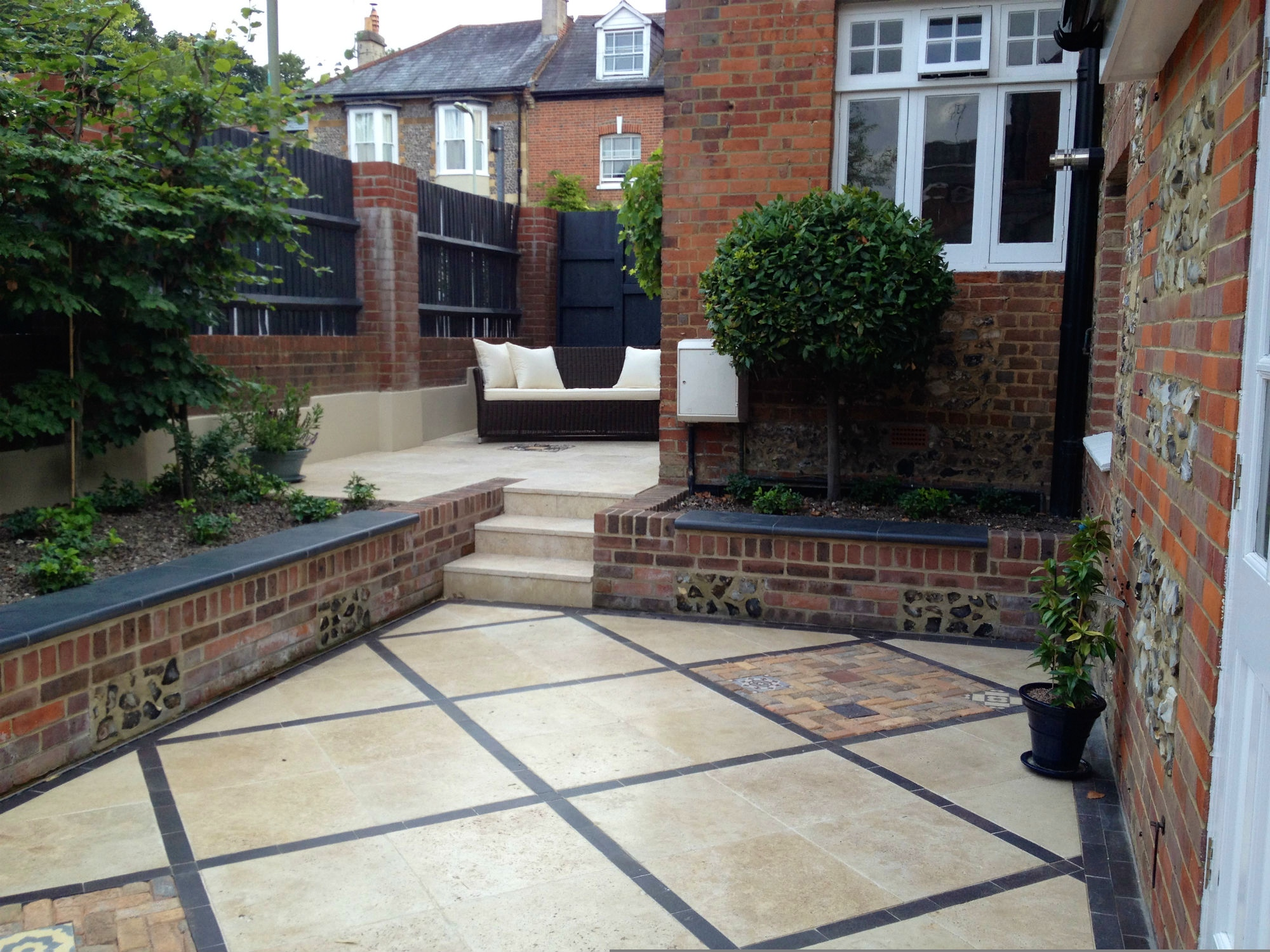 Courtyard garden winchester hampshire amy perkins for Better homes and gardens courtyard ideas